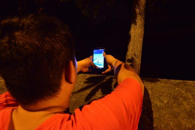 Một người đang tìm Pokemon tại khu vực Văn miếu Quốc Tử Giảm.