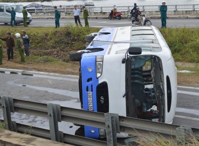 Hiện trường chiếc xe ô tô chở công nhân bị lật sáng 24/2.