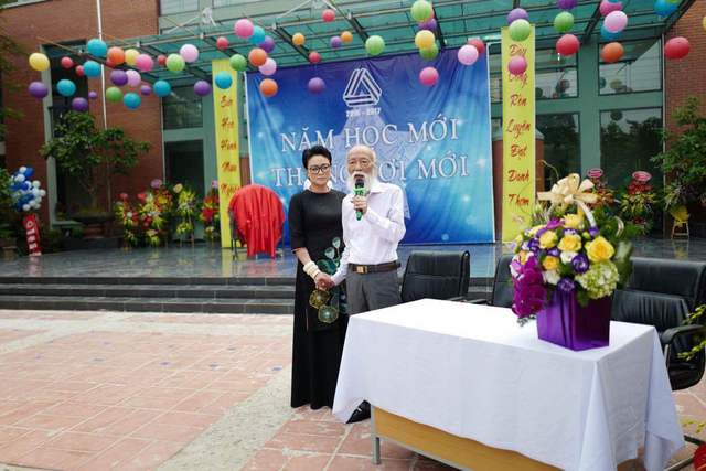 Thầy Văn Như Cương tâm sự với các em học sinh tại buổi lễ khai giảng.