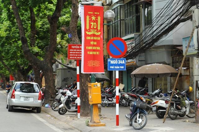 Xe ngập vỉa hè ngay cạnh tấm biển cấm ở Trần Phú.