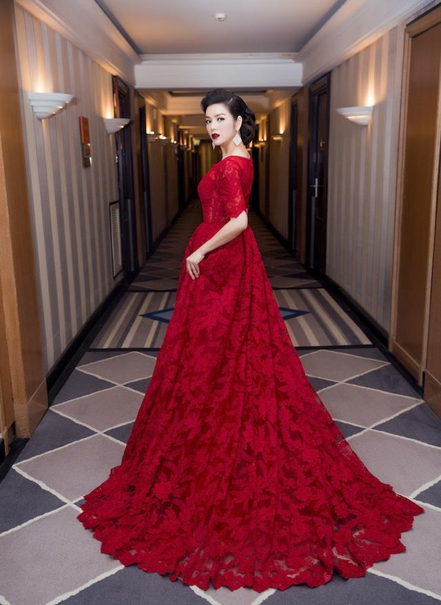 Lý Nhã Kỳ diện chiếc đầm ren đỏ rực của thương hiệu Georges Hobeika