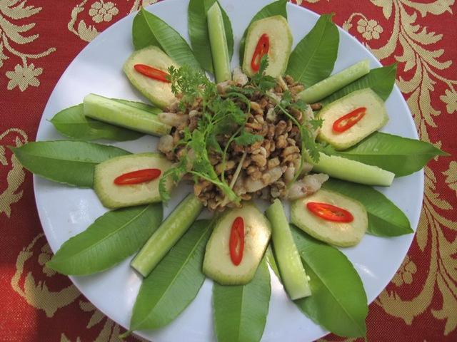 Đĩa mắm ong rừng và các loại rau ghém ăn kèm.