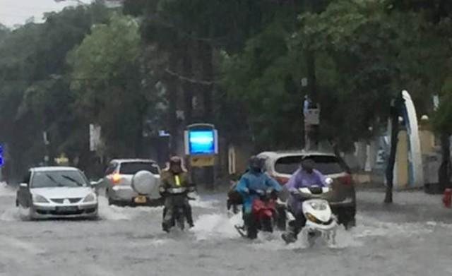 Người dân di chuyển khó khăn trên đường Minh Khai. Ảnh: CTV
