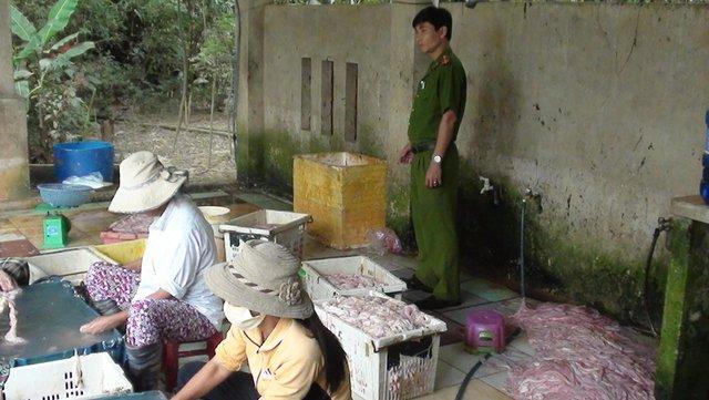 Lực lượng chức năng kiểm tra phát hiện cơ sở chế biến lòng heo mất vệ sinh, không đảm bảo vệ sinh an toàn thực phẩm. Ảnh: Đ.H