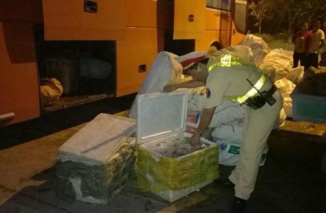 Trạm CSGT Thăng Bình (thuộc Phòng CSGT Quảng Nam) kiểm tra xe khách, xe tải, phát hiện hàng tấn nội tạng, mỡ động vật thối