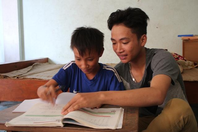 Tuấn Kiệt kèm em trai học bài