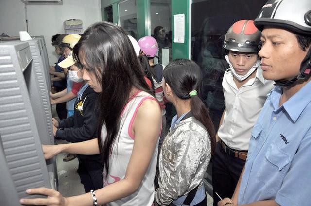 Theo các chuyên gia, sử dụng ATM nên đăng ký dịch vụ thông báo số dư qua tin nhắn để an toàn - Ảnh: Quang Định