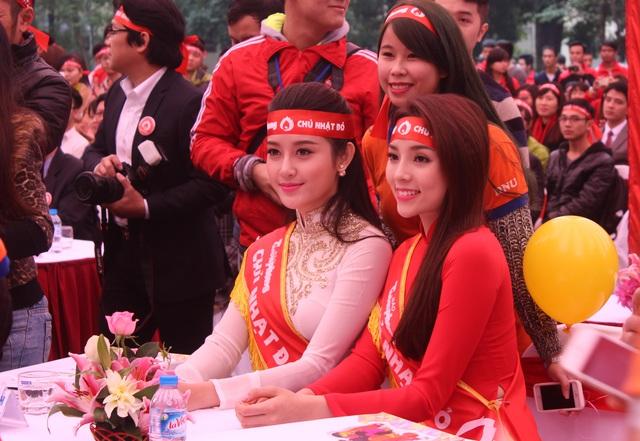Hoa hậu Việt Nam 2014 Kỳ Duyên (áo dài đỏ) và Á hậu Huyền My cũng tham gia chương trình Chủ nhật Đỏ