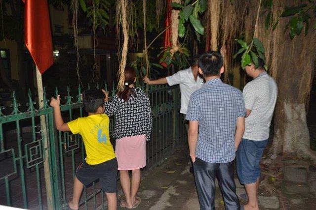 Người dân hiếu kỳ tập trung trước trụ sở Công an huyện Thủy Nguyên. Ảnh: Đức Tùy