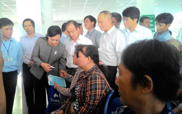 Bộ trưởng Nguyễn Thị Kim Tiến thăm hỏi người dân H. Long Điền khi đến Trung tâm y tế địa phương này khám - điều trị bệnh.
