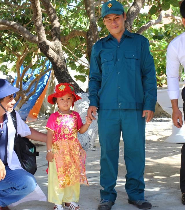 Bé Nguyễn Bình Minh Thủy (3 tuổi) được ba dắt đi chơi.