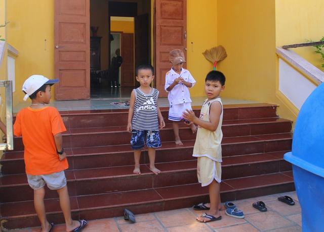 Cũng như trên đảo Trường Sa lớn, trên đảo Sinh Tồn (thuộc xã đảo Sinh Tồn) cũng có rất nhiều đứa trẻ.