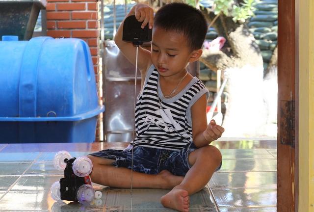 Bé Võ Hoài Bảo An - 5 tuổi, con của anh Võ Xuân Bảo và chị Lê Thị Hoa Trinh tỏ ra thích thú với món đồ chơi của những đoàn công tác từ đất liền ra thăm đảo tặng.