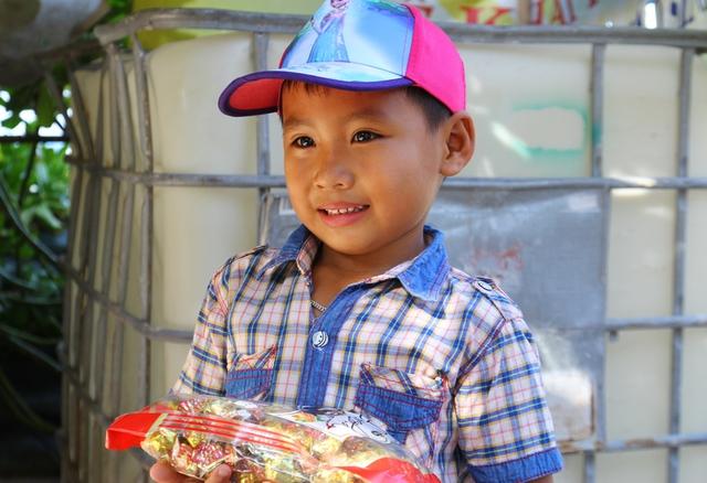 Cũng giống như ở đất liền, trẻ em đảo Sinh Tồn có khu vui chơi đầy đủ và rất thích ăn kẹo. Mặc dù ở xa đất liền, nhưng chúng luôn tỏ ra đáng yêu, rất gần gũi và ngoan ngoãn, lễ phép với người lạ.