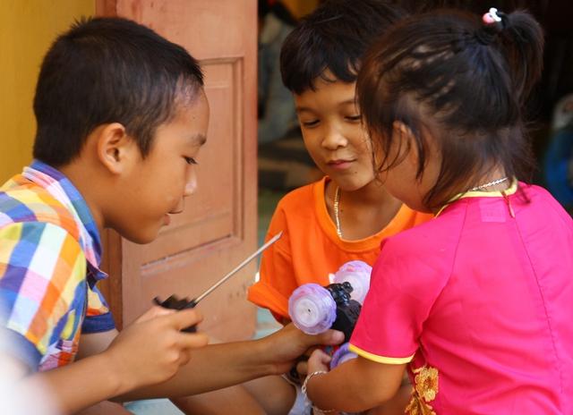 Những đứa trẻ trên đảo Trường Sa rất háo hức mỗi khi được biết có đoàn khách ra thăm. Dù đang nhỏ nhưng chất biển đã in đậm trong cả giọng nói, nước da, mái tóc của những em bé này.