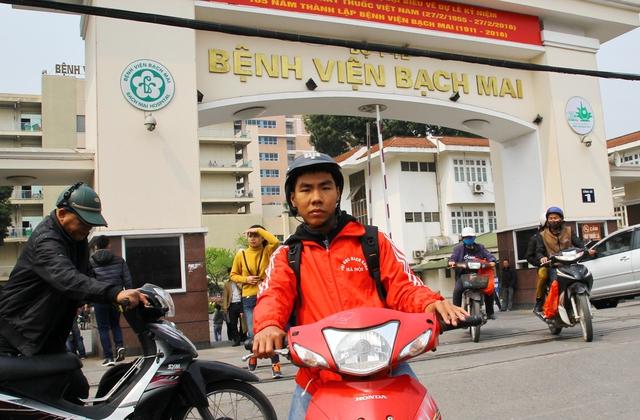 Thương gia đình không có tiền chữa bệnh, Phan Ngọc Quý, bạn Lam đã nghĩ ra cách chạy xe ôm kiếm tiền giúp bạn.