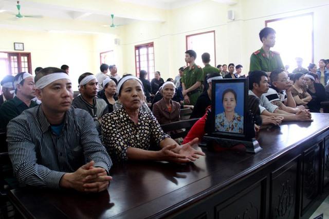 Người nhà nạn nhân mang di ảnh chị Dụ đến tham dự phiên tòa. Ảnh: Phan Ngọc
