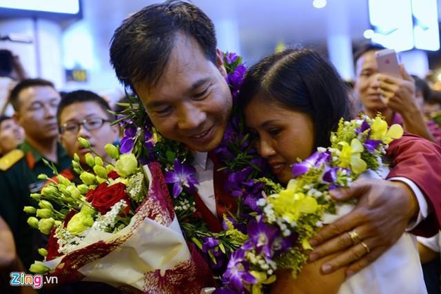Hoàng Xuân Vinh ôm chặt vợ trong ngày trở về