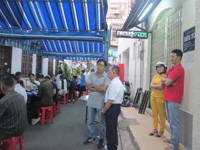 Nhiều người đến thăm viếng chia buồn với thân nhân ca sĩ