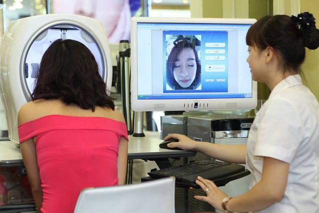 Công nghệ soi da hiện đại giúp nhìn rõ các vấn đề lão hóa nằm sâu dưới da.
