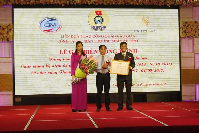 Lãnh đạo Liên đoàn lao động thành phố Hà Nội tặng Bằng khen cho đơn vị có công trình gắn biển. Ảnh: HQ