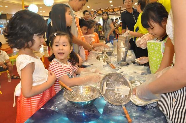 Các em nhỏ hăng hái tham gia làm bánh cho mùa lễ hội Trăng Rằm