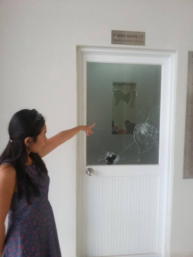 Đỉnh điểm mâu thuẫn, chị Hồng đã đập vở cửa kính BQL tòa nhà