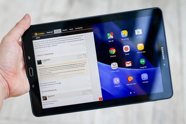 Máy có màn hình kích thước 10,1 inch, lớn hơn iPad Air và Air 2. Độ phân giải Full HD cho chất lượng hiển thị sắc nét. Giao diện của Samsung có sẵn tính năng sử dụng đa nhiệm chia đôi màn hình khá tiện lợi.