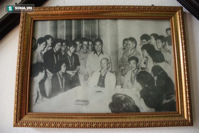 Tấm ảnh cố xạ thủ Trần Oanh vinh dự được ngồi cạnh Bác Hồ được gia đình treo trang trọng trên tường.