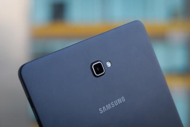 Camera chính 8 megapixel có tính năng giống như dòng smartphone Galaxy A và J của Samsung. Ống kính bị lồi lên khá nhiều so với phần lưng khiến máy bị kênh khi đặt trên mặt phẳng.