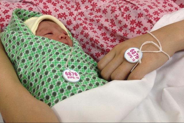 Hai mẹ con sản phụ này được trao bộ vòng với mã số giống nhau. Ảnh: Võ Thu