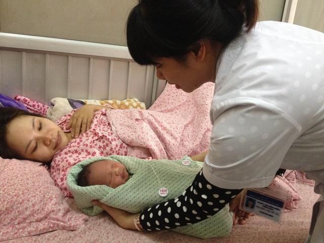 Điều dưỡng trưởng Bệnh viện Phụ sản Hà Nội Trương Thị Mỹ Hà hướng dẫn chăm sóc trẻ sơ sinh. Ảnh: Võ Thu