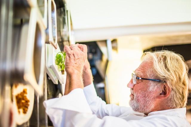 Ông Pierre Gagnaire đang chế biến thức ăn.