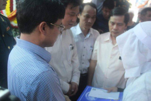 Phó Chủ tịch UBND TP Hà Nội trao quyết định tuyển dụng cho chị Trần Thị Hà.