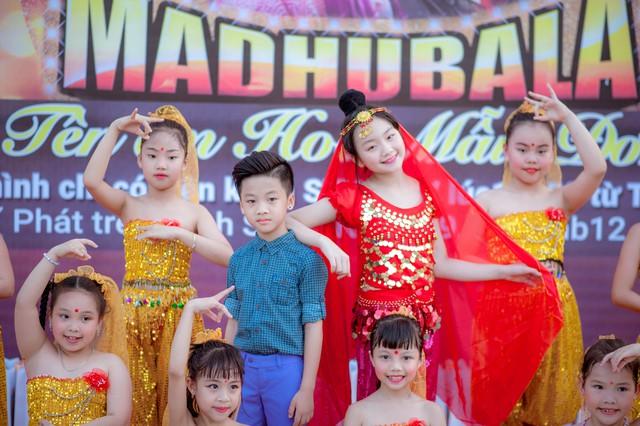 Ngày 1.6 vừa qua, Kim Anh đã tham gia chương trình Vui tết thiếu nhi cùng Tên em Hoa Mẫu Đơn do một kênh truyền hình tổ chức. Tại đây, Kim Anh đã có màn hóa thân đáng yêu với hình ảnh diễn viên Madhubala trong bộ phim đang gây sốt trên truyền hình.