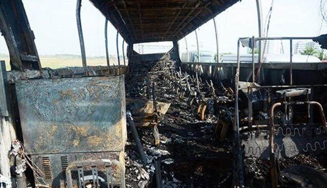 Ngọn đã lửa thiêu rụi hầu hết các bộ phận trên chiếc xe.