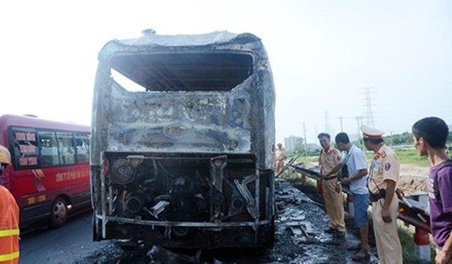 Theo thông tin ban đầu, chiếc xe bị cháy đang trên hành trình từ Nam Định đi Hà Nội.