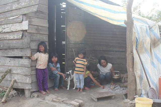 Chị H'Nhinh Niê bên cạnh những đứa con nheo nhóc. Ảnh: Võ Thảo