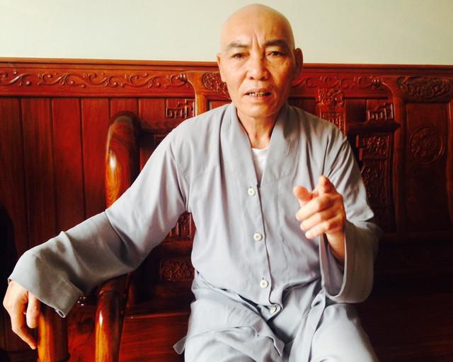 Sư thầy Thích Thiên Minh trần tình với báo chí về vụ việc.
