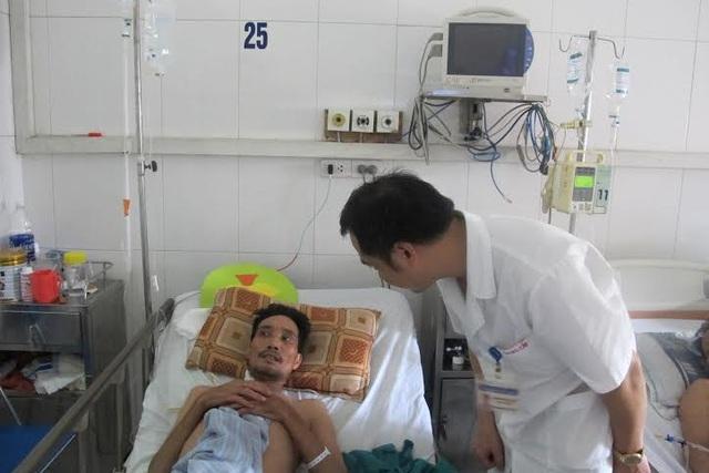Thăm khám cho một bệnh nhân tại khoa Cấp cứu, Bệnh viện Bệnh nhiệt đới Trung ương. Ảnh: TN