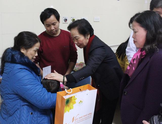 Phó Chủ tịch nước Nguyễn Thị Doan thăm hỏi, tặng quà cho 50 bệnh nhi nặng đang điều trị tại Bệnh viện K, cơ sở Tân Triều.
