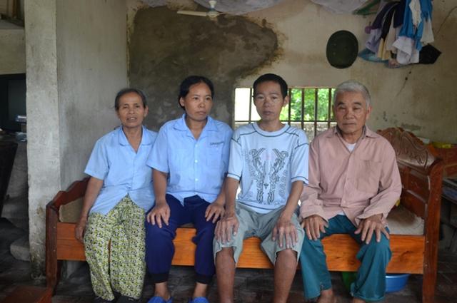 Hai vợ chồng ông Dung thẫn thờ bên đàn con ngây dại