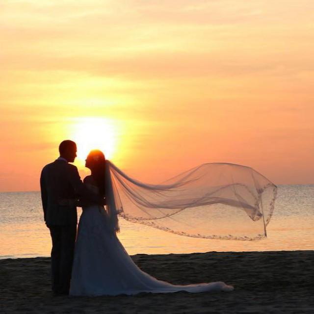 Ảnh cưới lãng mạn của BTV Thanh Huyền cùng chồng được cô chia sẻ trên trang cá nhân.