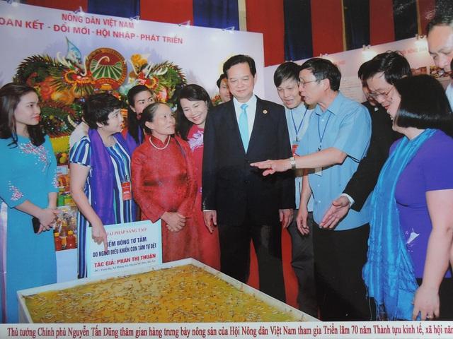 Thủ tướng Nguyễn Tấn Dũng đến thăm gian hàng của bà Thuận tại Triển lãm 70 năm Thành tựu kinh tế xã hội.