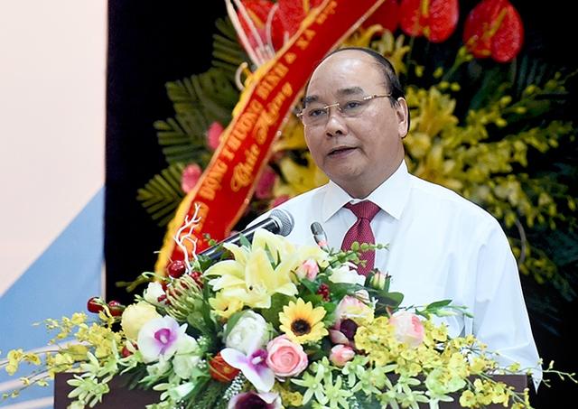 Hằng ngày dù bận nhưng Thủ tướng Nguyễn Xuân Phúc vẫn cập nhật tin tức từ báo chí. Ảnh CP