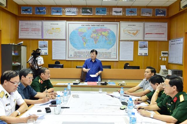 Phó Thủ tướng Trịnh Đình Dũng chỉ đạo tìm kiếm, cứu nạn vụ các máy bay gặp nạn. Ảnh CP