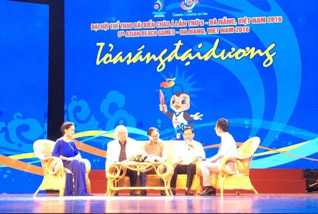 Nhà thơ Lê Cảnh Nhạc (thứ hai từ phải sang) và nhạc sĩ Đức Trịnh trong chương trình Giao lưu Tỏa sáng đại dương