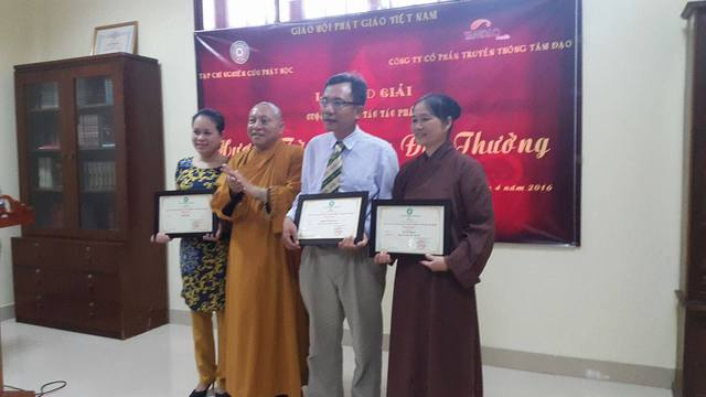 Hòa thượng Thích Gia Quang trao giải cho các tác giả đoạt giải. Ảnh P.Thuận