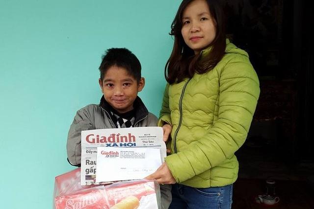 PV Phương Thuận - đại diện Quỹ Vòng tay Nhân ái trao tiền cùng quà Tết cho em Vũ