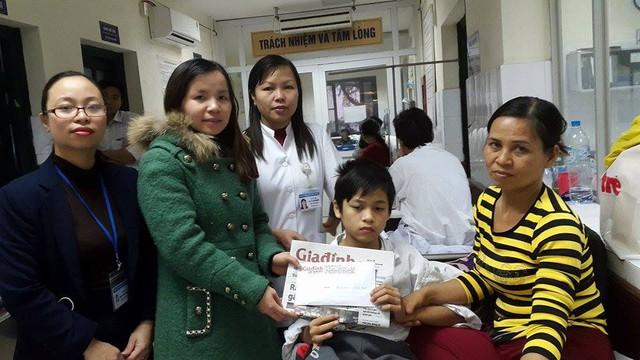 PV Phương Thuận đại diện Quỹ Vòng tay nhân ái cùng cán bộ BV Việt Đức trao tiền bạn đọc hảo tâm giúp đỡ cháu Tiến
